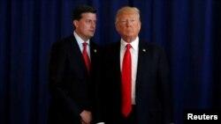 El funcionario de la Casa Blanca Rob Porter (izquierda) ayudaba a supervisar los documentos enviado al presidente Donald Trump.