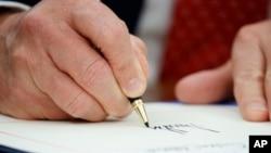 川普總統簽署政令。(資料圖片)