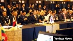 말레이시아에서 열린 '제3차 아세안 확대 국방장관회의(ADMM-Plus)'에 참석한 한민구 국방부 장관(가운데)이 4일 본회의에서 각국 대표들의 발표를 경청하고 있다.