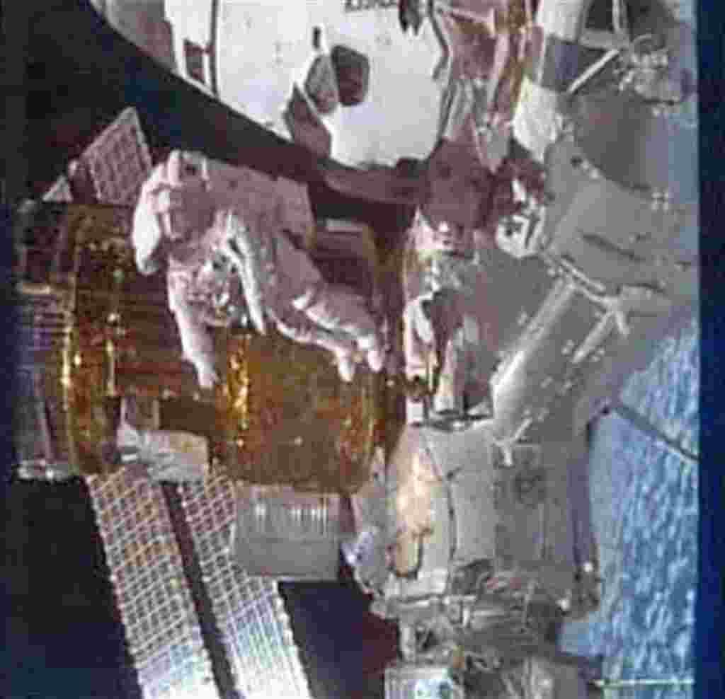 Stephen Bowen durante una caminata espacial, momento capturado por la televisión de la NASA.