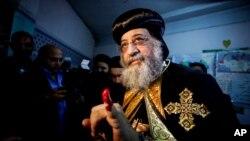 Paus Koptik, Tawadros II, menunjukkan kelingking bertinta setelah ia memberikan suara dalam referendum konstitusi Mesir di Kairo. (Foto: Dok)