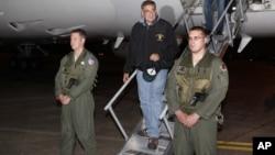 美国国防部长帕内塔(中)9月16日抵达东京郊外的横田空军基地