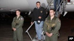 Menhan AS Leon Panetta tiba di bandara di pangkalan udara Yokota di luar kota Tokyo, Jepang hari Minggu (16/9).