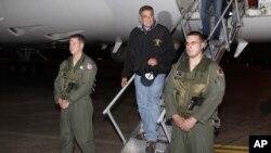 美國國防部長帕內塔(中)星期天抵達東京橫田空軍基地