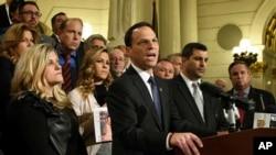 Tổng chưởng lý Pennsylvania Josh Shapiro phát biểu tại cuộc họp báo ở tòa nhà Quốc hội bang về cáo buộc các linh mục ấu dâm