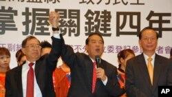 宋楚瑜(中)林瑞雄(左前)和秦金生(右前)在11月24日记者会上