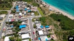 ARCHIVO - Una foto aérea de Vieques, al este de San Juan, Puerto Rico, muestra viviendas dañadas por el huracán María protegidas por cubiertas de plástico, meses después de la tormenta que devastó la isla. Junio 18, 2018.