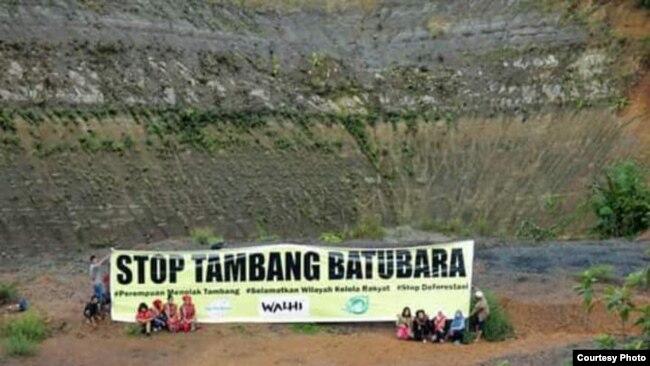 Masyarakat Dayak Kalteng memrotes pembangunan pertambangan batu bara di daerahnya (foto: courtesy).