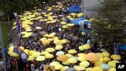香港2017年9月民主派抗议者打起黄伞纪念占中运动三周年