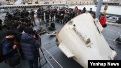 북한의 장거리 로켓 1단 추진체 인양 작업을 벌여온 해군이 11일 경기도 평택시 포승읍 해군2함대에서 추진체 잔해로 추정되는 물체를 언론에 공개하고 있다.