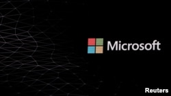 Logo Microsoft digambarkan di depan Mobile World Congress di Barcelona, Spanyol 24 Februari 2019. (Foto: REUTERS/Sergio Perez)