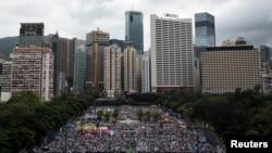 Ribuan demonstran pro-demokrasi berkumpul di jalanan untuk menuntut hak pemilih di Hong Kong (1/7).