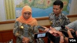 Gubernur Jawa Timur Khofifah Indar Parawansa (kiri) didampingi Wakil Gubernur Emir Elistianto Dardak memberikan keterangan pers terkait sistem konektivitas dan komunikasi dalam penanganan bencana (foto VOA/Petrus Riski).