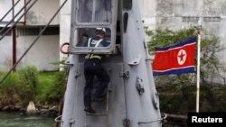 파나마 정부 조사관이 16일 억류된 북한 선박 '청천강'호를 조사하고 있다.