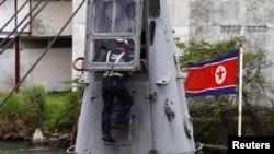 파나마 조사관이 억류된 북한 선박 '청천강'호를 수색하고 있다.