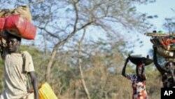 Une famille soudanaise fuyant le Nil Bleu vers le Soudan du sud (12 décembre 2011)