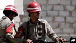Polisi militer Yaman berjaga-jaga dekat pengadilan di Sanaa. (Foto: Dok)
