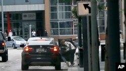 2015年6月17日,一组中国公民在宾西法尼亚州匹茨堡的联邦法庭过堂后跳入车内匆匆离开。一些中国公民被控以考试作弊手段骗取签证,其中一人已经认罪并被判缓刑和驱逐出境。