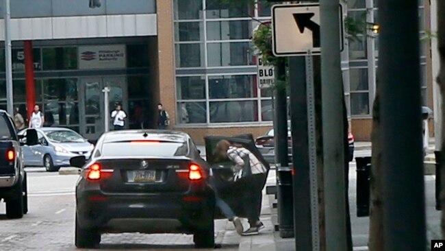 2015年6月17日,一組中國公民在賓夕法尼亞州匹茨堡的聯邦法庭過堂後跳入車內匆匆離開。 一些中國公民被控以考試作弊手段騙取簽證,其中一人已經認罪並被判緩刑和驅逐出境。
