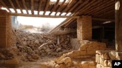 Foto yang dirilis Kamis, 20 Agustus 2015 oleh website militan ISIS memperlihatkan sebuah buldoser menghancurkan biara Saint Elian Monastery dekat kota Qaryatain.