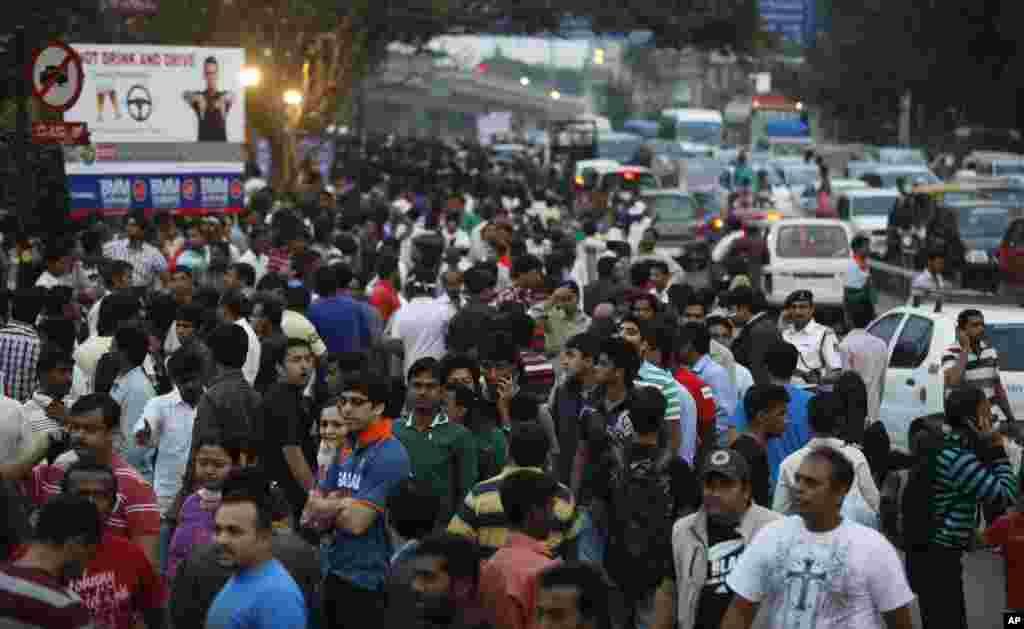 بنگلور کے چنائے اسٹیڈیم کے باہر کرکٹ کے شائقین کا ہجوم