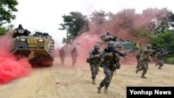 미국 해병대와 한국 해병대 2사단이 지난 10일부터 오는 19일까지 경기도 김포와 파주 일대에서 합동전투 훈련을 진행하고 있다. 사진은 지난 13일 군하리 훈련장에서 한국형상륙돌격장갑차(KAAV)을 운용하는 해병대 모습.