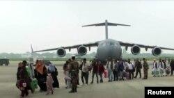 بھارتی فضائیہ خصوصی پروازوں کے ذریعے اپنے شہریوں کو افغانستان سے نکال رہی ہے۔