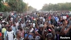 Des manifestants de l'opposition soutenant la candidature à la présidentielle de Moise Katumbi marchent dans les rues de Lubumbashi, le 11 mai 2016.