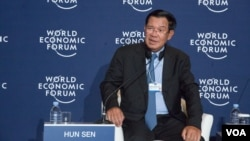 Cambodia's Prime Minister Hun Sen talks to local and international media in a press conference in World Economic Forum on ASEAN, Phnom Penh, Cambodia, Thursday May 11, 2017. (Khan Sokummono/ VOA Khmer)