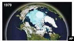 比較1979年與2009年北極受冰蓋情形的圖片