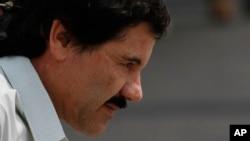 """Joaquin """"El Chapo"""" Guzman, pemimpin kartel narkoba Sinaloa, saat digiring oleh marinir Meksiko menuju helikopter di Mexico City, Sabtu (22/2). (AP /Marco Ugarte)"""