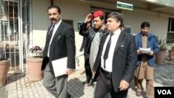 مشال خان کے بھائی ایمل خان اپیل دائر کرنے کے بعد اپنے وکلا کے عدالت سے جارہے ہیں۔