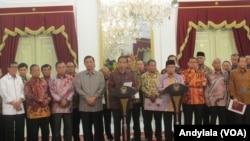 Presiden Joko Widodo bersama Ketua DPR Ade Komarudin beserta pimpinan Fraksi DPR serta para menteri memberikan keterangan pers bersama di Istana Merdeka, Jakarta, 22 Februari 2016 (Foto: VOA/Andylala)
