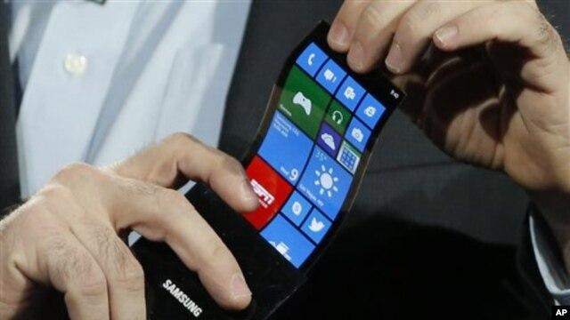 Prototipe telepon pintar Windows produksi Samsung dengan layar fleksibel dan bisa ditekuk. (AP/Jae C. Hong)