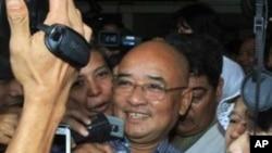 ນາຍ Zarganar ນັກສະແດງລະຄອນຕະຫລົກແລະຜູ້ຕໍາໜິຕິຕຽນ ລັດຖະບານມຽນມາ ກ່າວຕໍ່ນັກຂ່າວທີ່ສະໜາມບິນລະຫວ່າງຊາດ Yangon, ມຽນມາ. ວັນທີ 12 ຕຸລາ 2011/