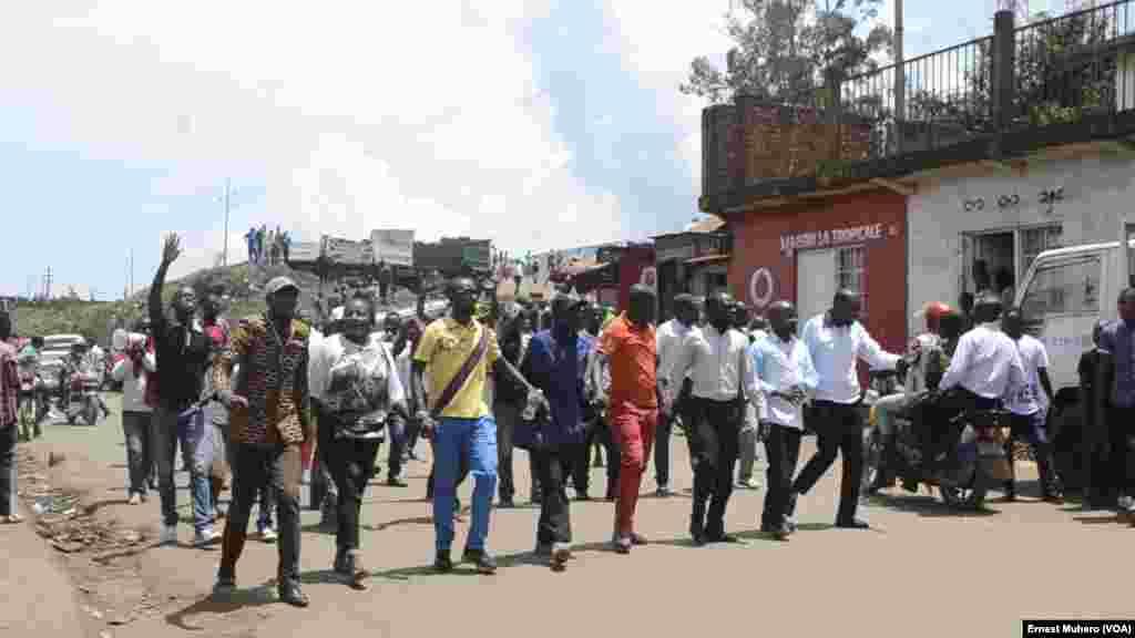 les marcheurs chantent et manifestent à Buvaku, le 25 février 2018. (VOA/Ernest Muhero)