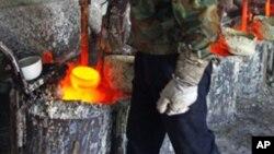 中國工人正提煉稀土金屬