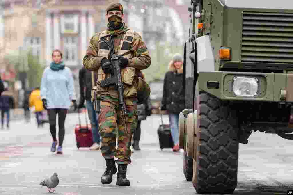 벨기에 브뤼셀에서 무장한 군인이 시내 중심가를 순찰하고 있다. 벨기에 정부는 프랑스 파리 연쇄 테러 이후 테러 경계 태세를 최고 수준으로 높이고, 대대적인 테러 용의자 체포 작전을 벌였다.