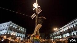 Los manifestantes protestan contra la débil economía del país y la alta tasa de desempleo.