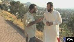 美国之音记者采访反对派奥马尔.穆赫塔尔旅的指挥官哈姆扎(视频截图)