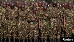 FILE - Wanajeshi wa Kenya wakitoa heshima zao za mwisho kwa wanajeshi wa Kenya waliouawa Somalia katika kambi ya Eldoret, Kenya Jumatano, Januari 27, 2016.