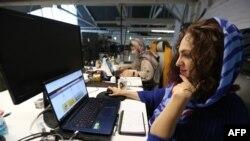 کووڈ-19 کے باعث ٹیکنالوجی کے شعبے سے وابستہ بہت سی خواتین گھروں سے کام کر رہی ہیں۔