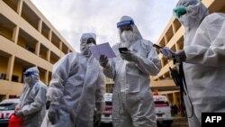 ရန္ကုန္ၿမိဳ႕ရွိ Quarantine စင္တာတခုမွာ ကိုဗစ္ေရာဂါ သံသယရွိသူစာရင္းကို စစ္ေနတဲ့ PPE ဝတ္စံုဝတ္ ပရဟိတလုပ္သားမ်ား။ (ေအာက္တိုဘာ ၀၁၊ ၂၀၂၀)