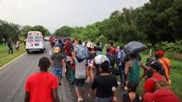 Para migran dan pencari suaka dari Amerika Tengah dan Karibia di Chiapas berjalan menuju ibu kota Meksiko untuk mendaftar sebagai pencari suaka dan pengungsi pada 29 Agustus 2021. (Foto: Reuters/Jose Torres)
