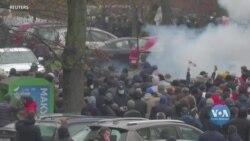 Влада Білорусі залишає за ґратами десятки журналістів, затриманих під час протестів цієї неділі. Відео