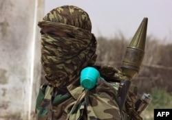 Mpiganaji wa al-Shabab akiwa katika eneo la mkoa wa Lower Shabelle, nje ya mji wa Mogadishu, Feb. 17, 2011.
