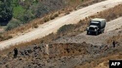 5일 레바논 남부에서 이스라엘의 공습으로 생긴 구덩이 주변을 군인들이 조사하고 있다.