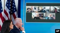 美國總統拜登和內政部長哈蘭德在白宮南院禮堂與其他內閣官員和來自西部各州的州長舉行視頻會議,討論西部地區的旱情與山火風險。(2021年6月30日)