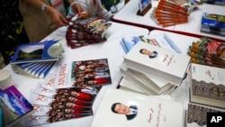 在中国国务院新闻办举行的一个有关新疆维吾尔自治区的新闻发布会上,中国国家主席习近平的著作与宣传新疆的小册子摆放在一起。(2019年7月30日)