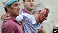 24일 스페인 고속철 탈선 사고 현장에서 기관사인 프란치스코 호세 가르손이 사람들의 부축을 받으며 병원으로 옮겨지고 있다.